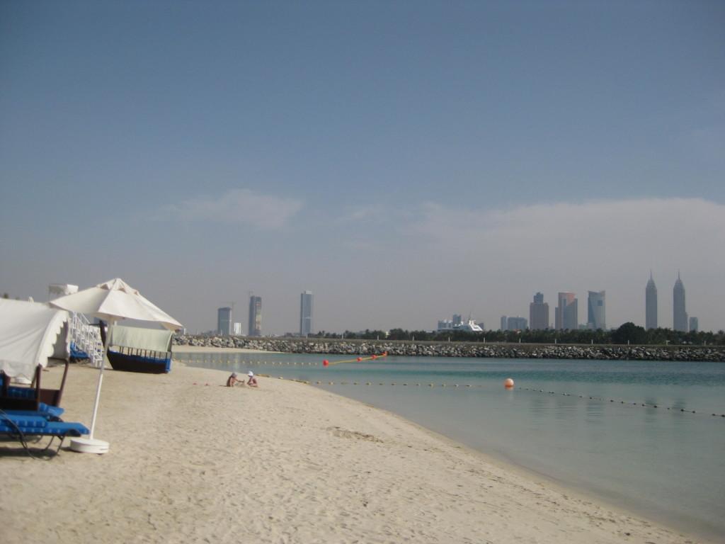 Dubaj - palmový ostrov - hotel Rixos The Palm - sousedem Vám zde bude šejk Mohamed, v dáli můžete vidět jeho jachtu