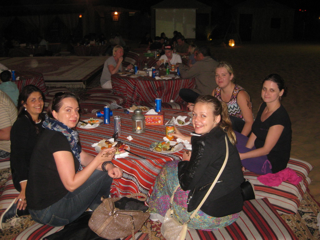 Dubaj - výlet jeep safari - večeře v beduínském stylu na kobercích pod širým nebem