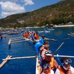 Filipíny - loďky zvané džunky vezou zájemce ke žralokům