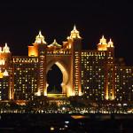 Emiráty-Dubaj-výhled-na-osvětlený-Atlantis-The-Palm