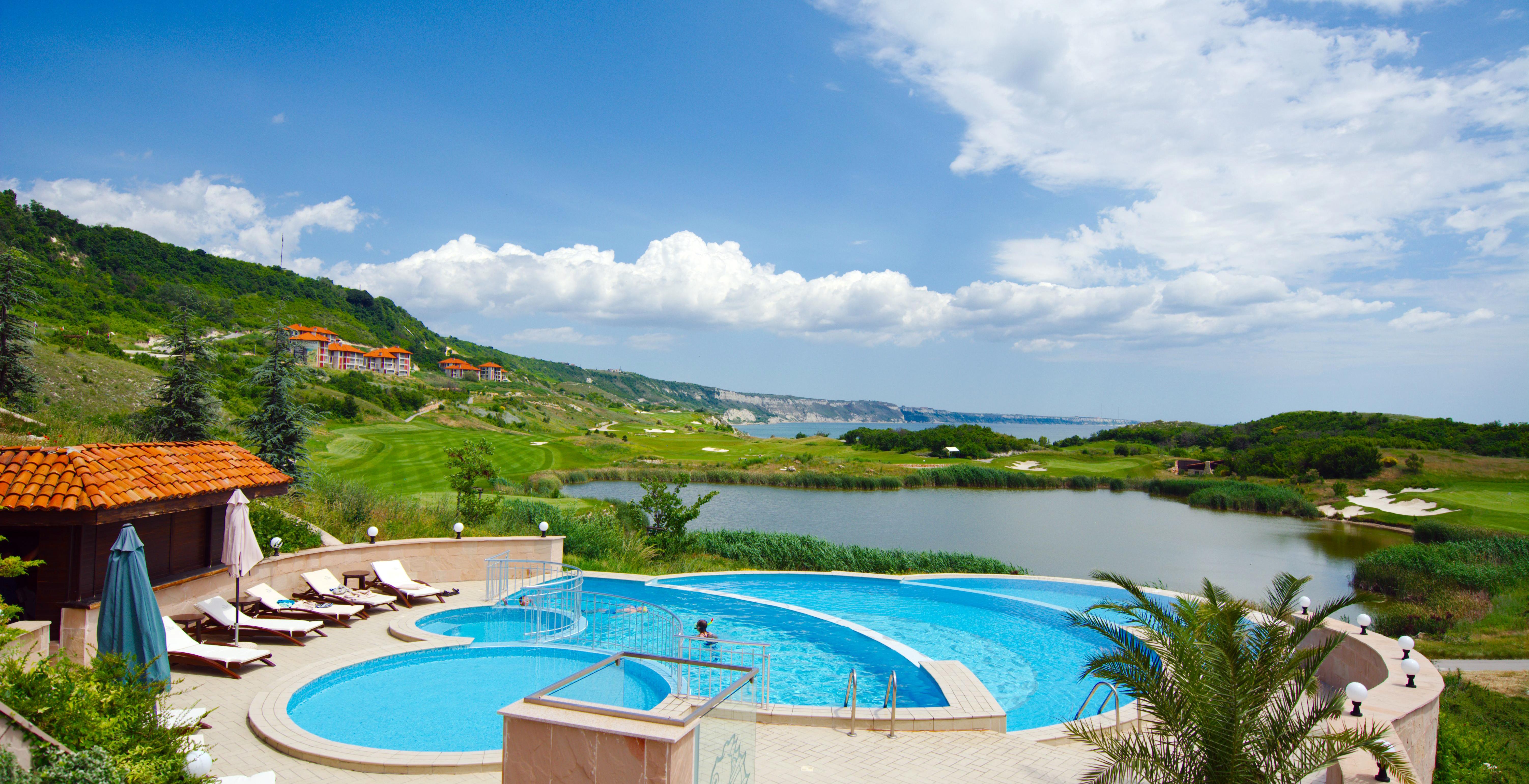 Golf-Bulharsko-Thracian-Cliffs-bazén-u-apartmánů