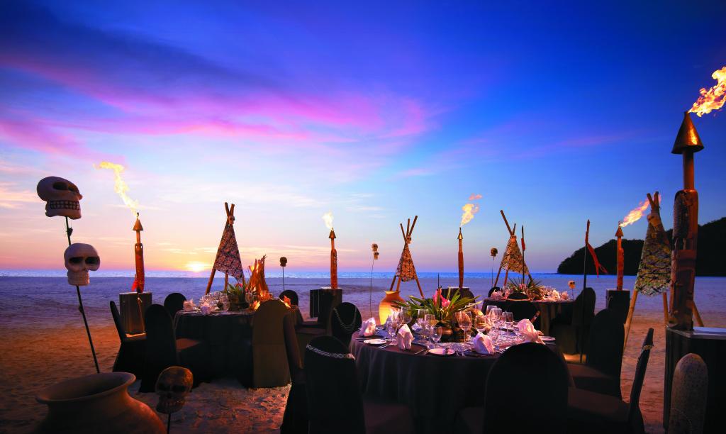 Malajsie - ostrov Borneo - hotel Shangri-la's Rasa Ria Resort - večeře na pláži