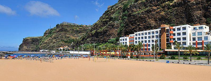 Madeira - Calheta Beach - jedna ze dvou bílých písečných pláží