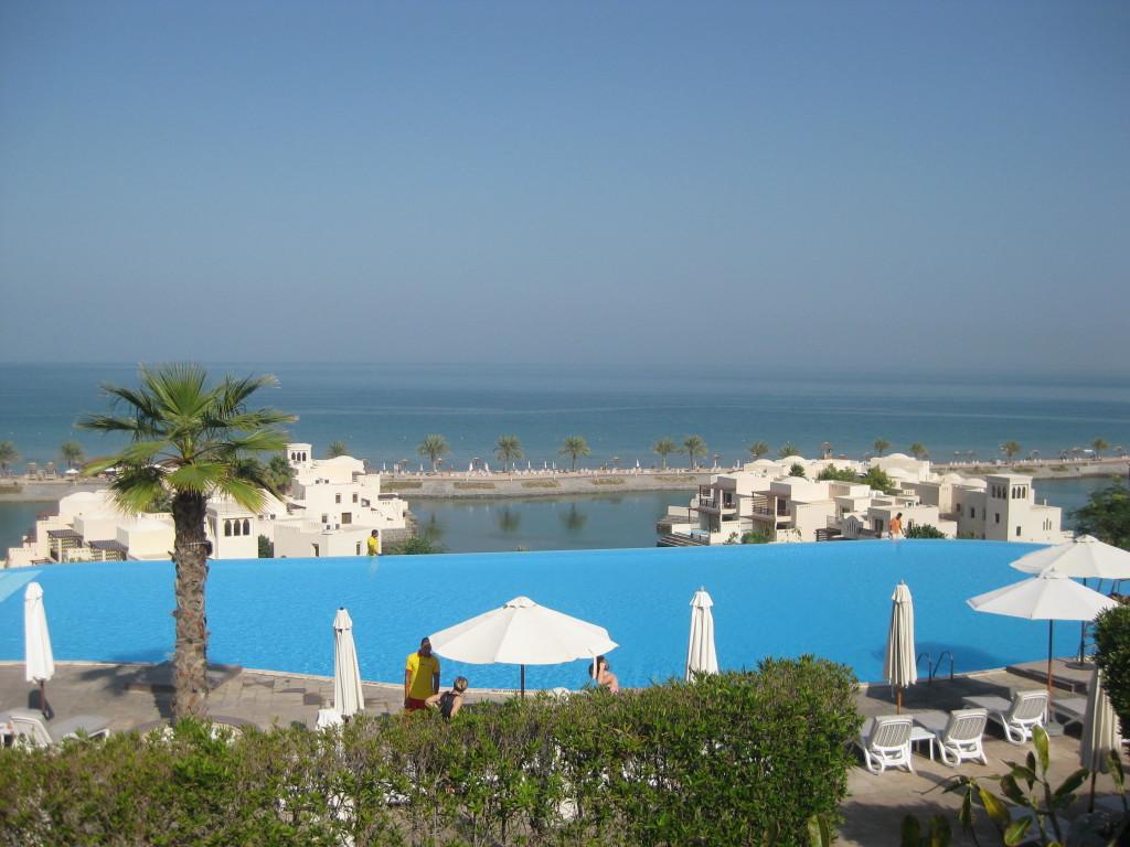 Ras Al Khaimah - překrásný panoramatický výhled z terasy hotelu Cove Rotana