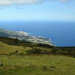 Azory - Pico - pohled na pobřeží a horskou krajinu