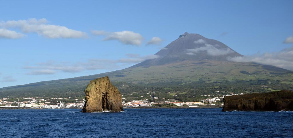 Azory - Pico - pohled z lodi na přístav s panoramatem vulkánu