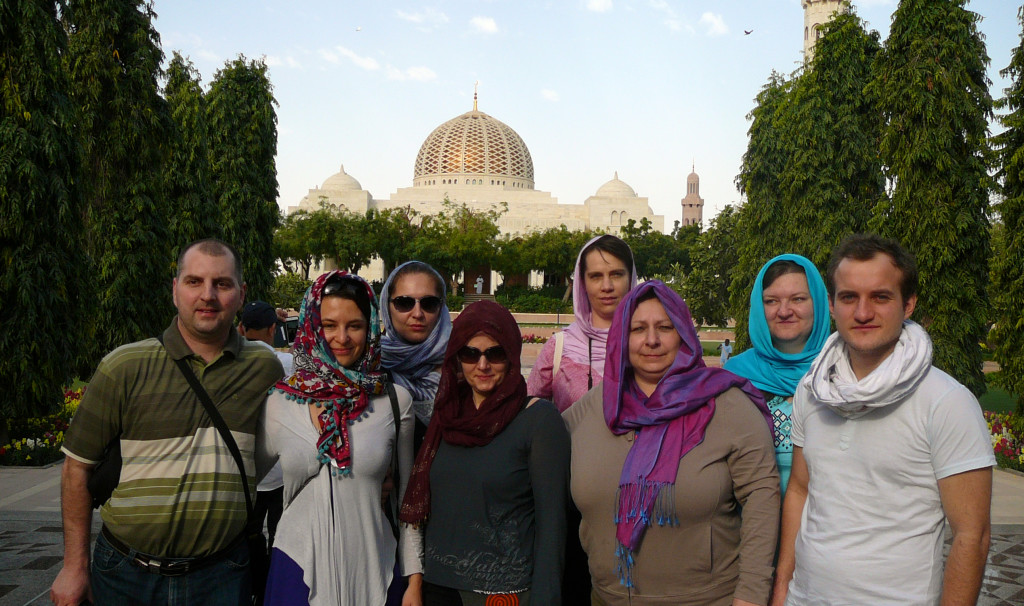 Omán - Muscat - před vstupem do mešity Qaboose