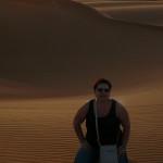 Omán - Marcela při západu slunce v poušti Wahiba
