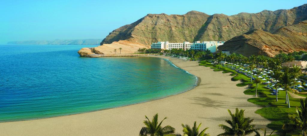 Omán - Muscat - Shangri-la´s Barr Al Jissah Resort & Spa - pohled na resort a pláž