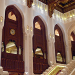 Omán - Muscat - Státní opera - vstupní hala a schody