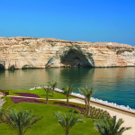 Omán - Muscat - hotel Shangri-la´s Barr Al Jissah Resort & Spa - skalnaté útesy