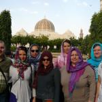 Omán - Muscat - před vstupem do mesšity