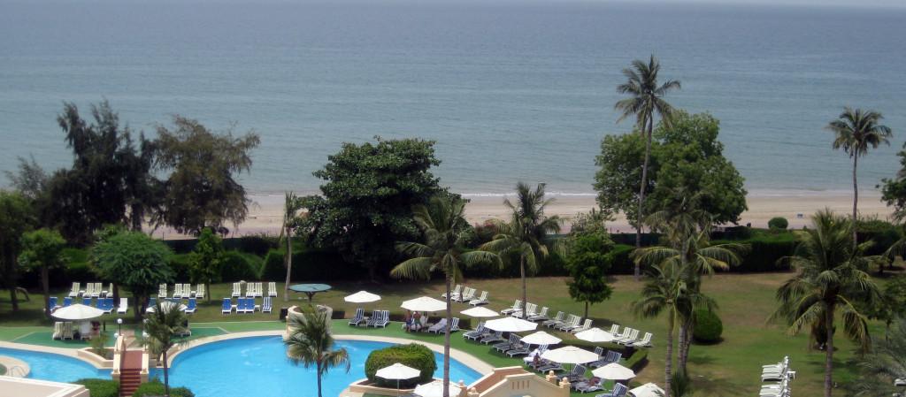 Omán - hotel Crowne Plaza - výhled na bazen a moře