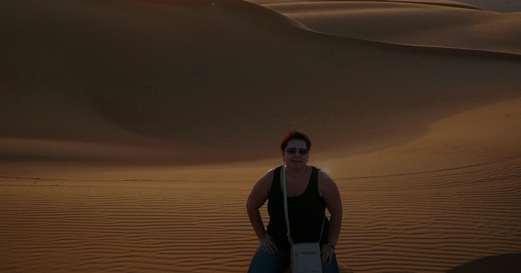 Omán - Marcela pozoruje západ slunce v poušti